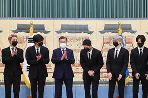 """Tổng thống Moon Jae-in trao giấy bổ nhiệm """"Đặc phái viên của Tổng thống"""" cho BTS"""