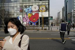 Hàn Quốc: Những người được tiêm vắc-xin COVID-19 có thể ra ngoài mà không cần đeo khẩu trang