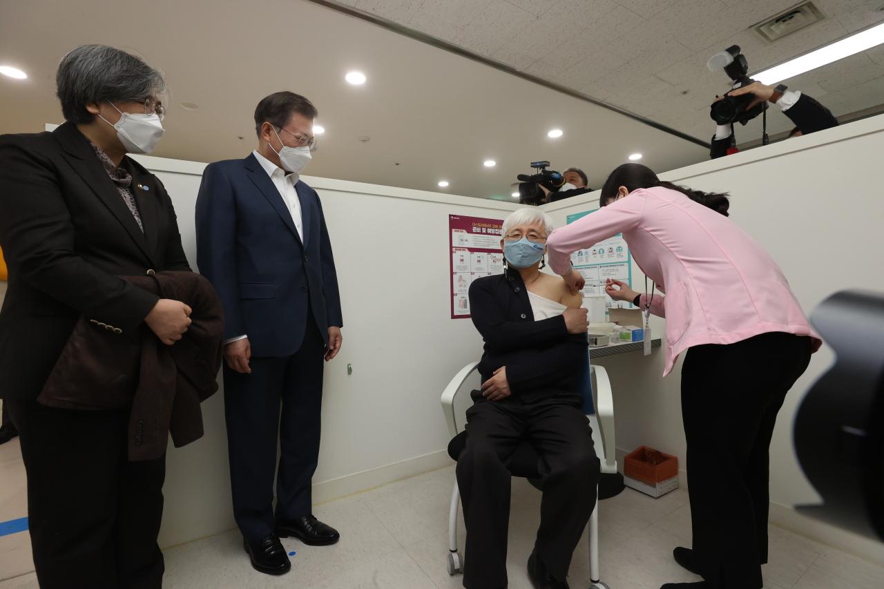 Hàn Quốc chính thức bắt đầu tiêm vắc xin COVID-19